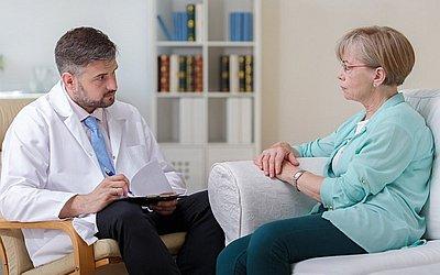 Психотерапевт обучает пациента - клиника Веримед