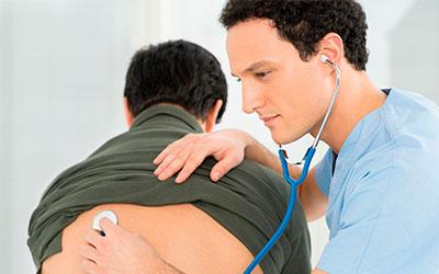 Врач осматривает пациента - Веримед