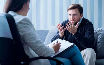 Психотерапевт общается с клиентом - Веримед