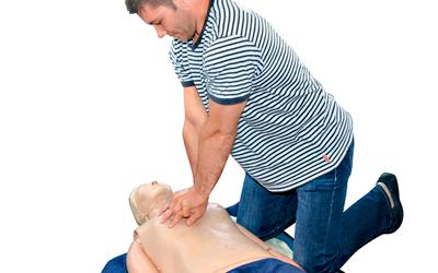 Врачи осуществляют непрямой массаж сердца - Веримед